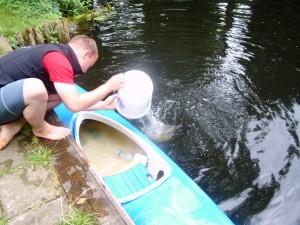 Ergebnis der Wasserschlacht --> Jens schöpft Wasser aus