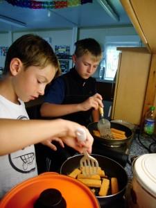Mittagessen - Tischdienst Calvin & Nick (bd 12J.) beim Kochen